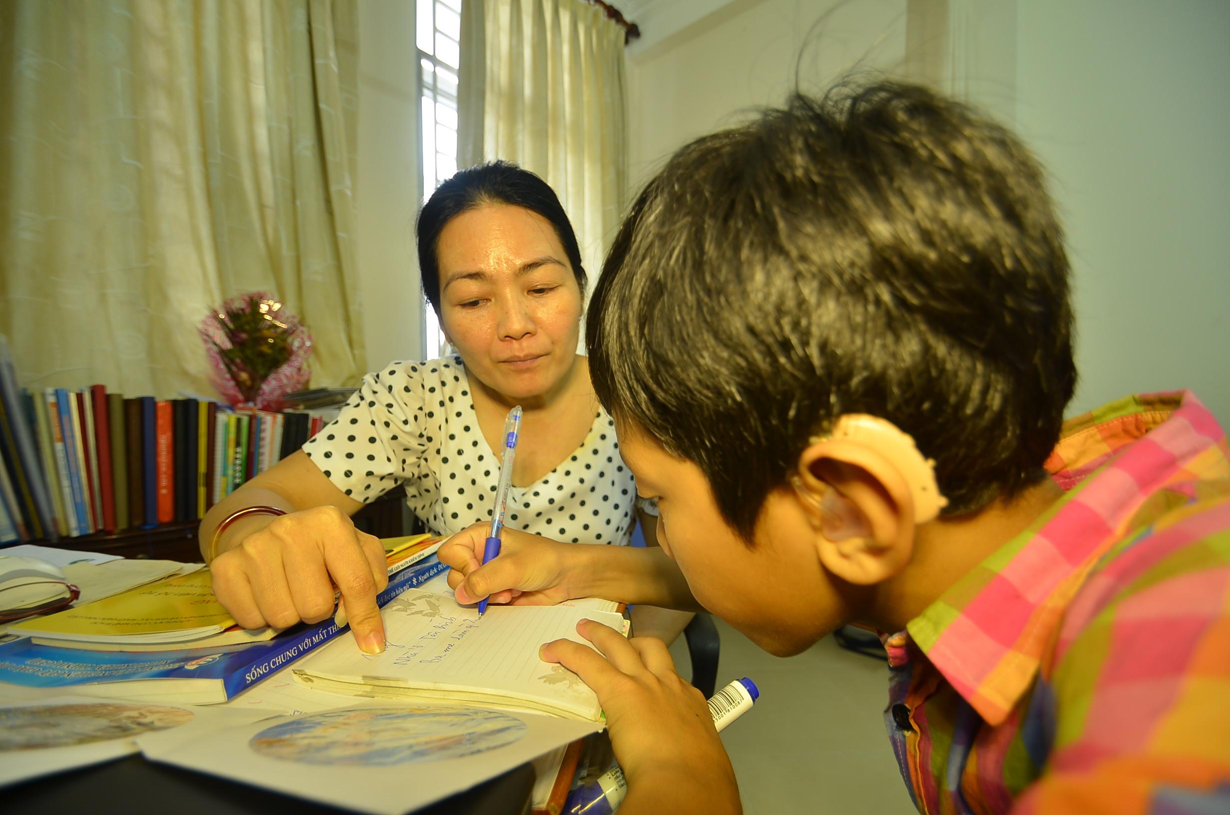 """""""Tìm hiểu khó khăn và nhu cầu của học sinh khiếm thính học chuyên biệt và hòa nhập"""""""